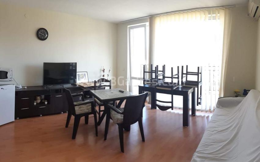 Голям тристаен апартамент с мебели край морето