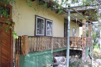Купи евтина къща с двор в близост до брега на морето
